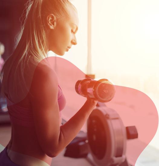 mulher exercitando bíceps com halteres