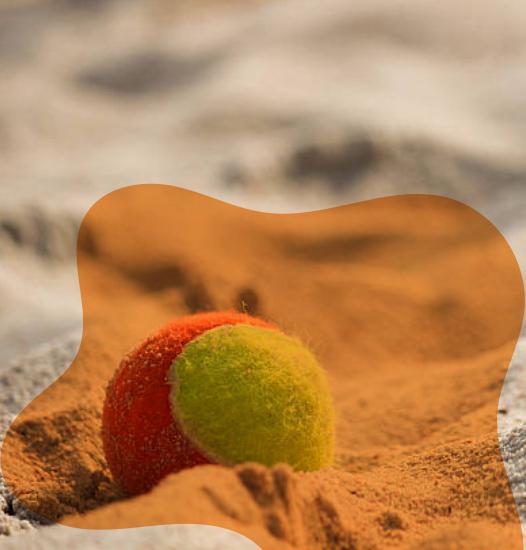 Bolinha de beach tennis na quadra