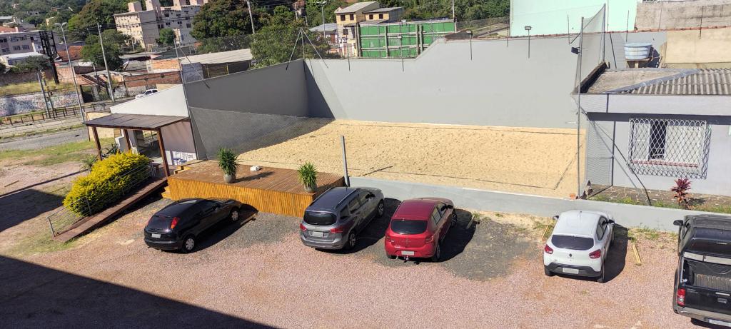 Estacionamento e quadra de areia vista de cima